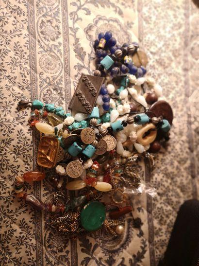 Lot de bijoux fantaisie dont broche de A....