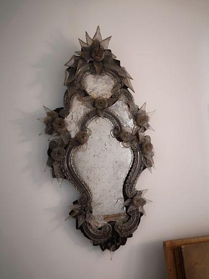 Miroir polylobé à décor de fleurs et rinceaux...
