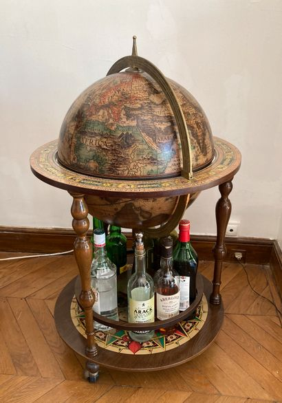 Globe Bar en bois et plastique.  Haut. :...