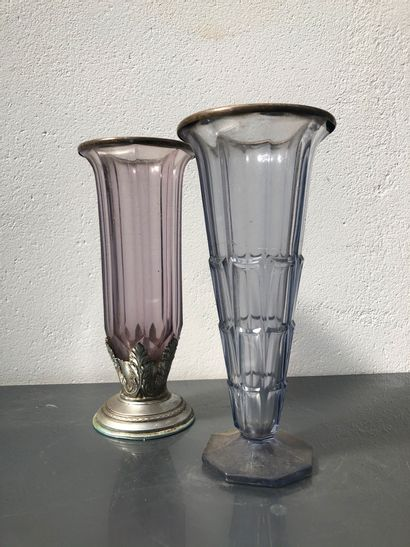 Ensemble de deux vases coniques en verre...