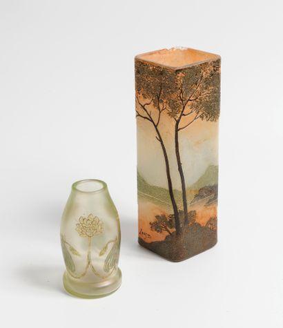 LEGRAS  Vase de section carrée en verre  Signé...