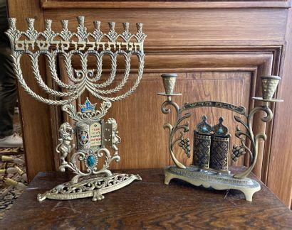 Ensemble en bronze doré comprenant une menorah...