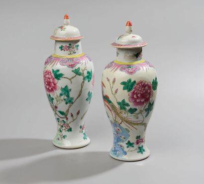 CHINE, XIXème siècle. Paire de vases balustres...
