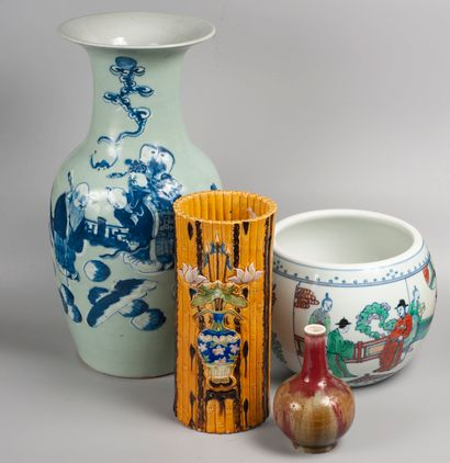 CHINE, XXème siècle. Vase boule à décor...
