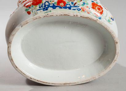 CHINE porcelaine d'exportation, XVIIIème siècle. Jatte ovale à bordure crénelée....