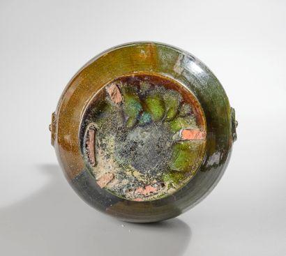 """CHINE, dynastie Han (206 avant J.C - 221 après J.C). Vase """"guan"""" en terre cuite..."""