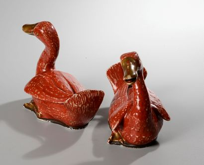 CHINE, XIXème siècle. Paire de canards en porcelaine émaillée rouge, brun et doré....