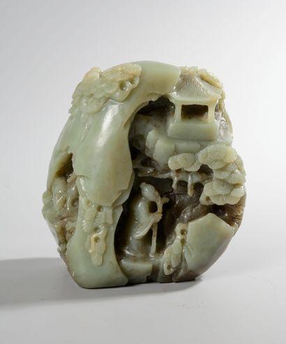 CHINE, XXème siècle. Rocher en jade céladon...