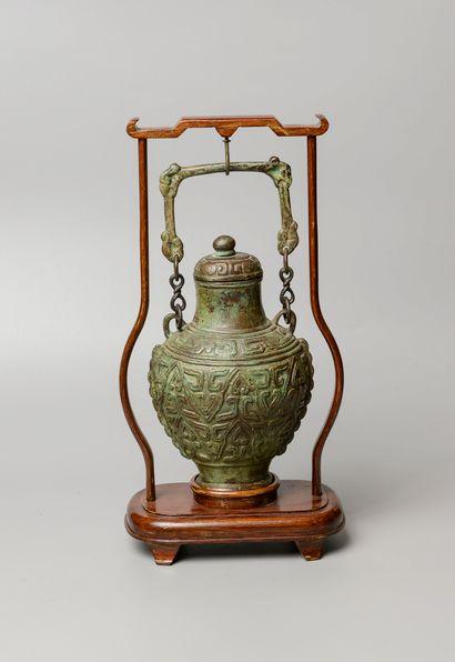 CHINE, XXème siècle. Vase balustre couvert...