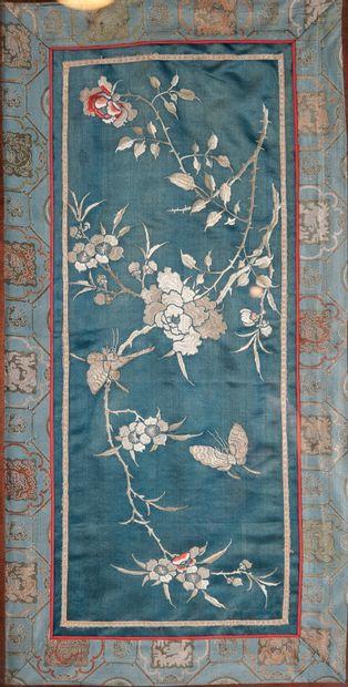 CHINE, début XXème siècle. Trois broderies représentant des branches fleuries, grues...