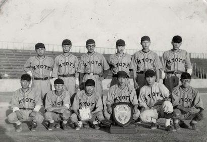 JAPON Sans Prix de réserve -  Équipes de joueurs de baseball, Kyoto, KFCS, ca. 1930....