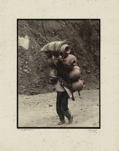 ROBERTO BICHENBERGER Sans Prix de réserve -  Porteur de cruches, ca. 1930.  Photographie....