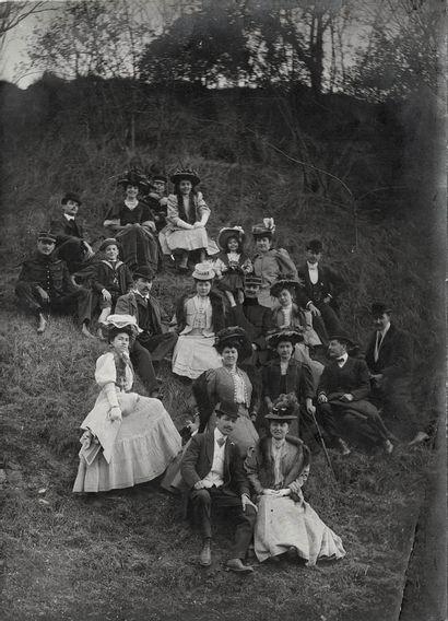 """ANONYME Sans Prix de réserve -  """"Vacances, Filles à Jacques"""", ca. 1900.  Photographies...."""