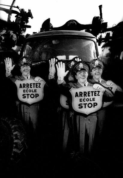 """MICHEL SAINT-JEAN Sans Prix de réserve -  """"Arrêtez. École. Stop"""".  Photographie...."""