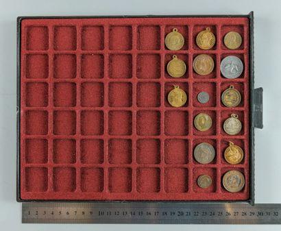 1870-1871. Lot de 15 médaillettes et jetons...