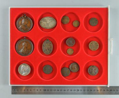 Médailles russes, anglaises et divers, dont Catherine II, Pierre le Grand etc. Les...
