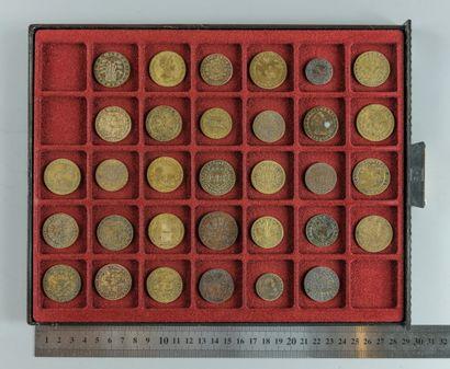 Louis XIII. Lot de 32 jetons en bronze et...