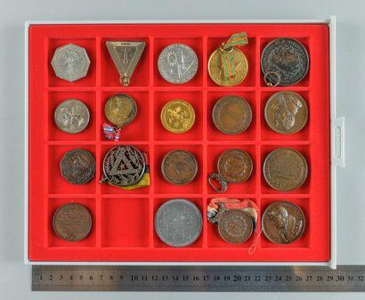 Franc-Maçonnerie. Lot de 19 médailles et...