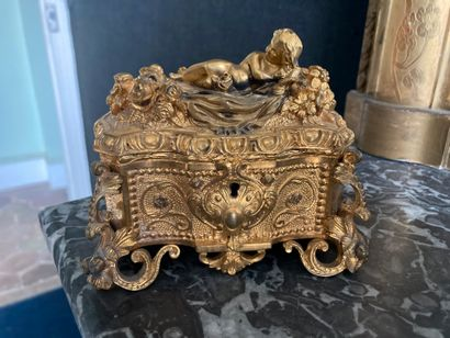 Coffret en bronze doré à décor de rocailles,...