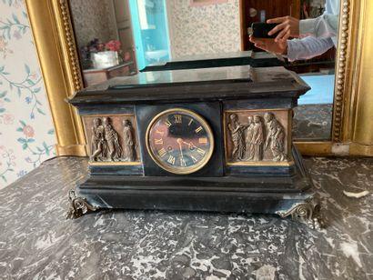 Pendule socle en marbre noir à décor d'une...