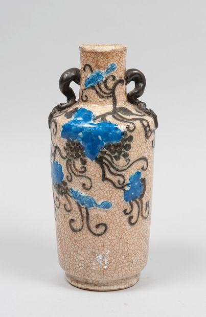 NANKIN Vase en gres à decor de vignes  XIXeme...