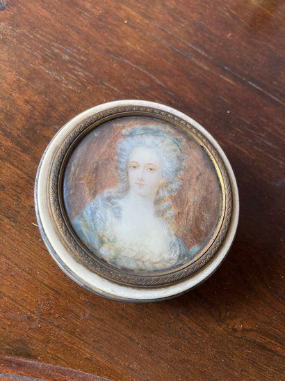 Boite en ivoire orné d'un portrait miniature...