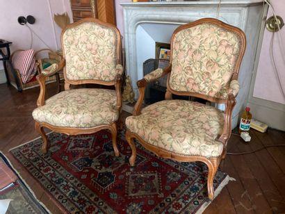 Salon en chêne comprenant deux fauteuils...