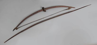 Lot de trois anciens arcs de provenances...