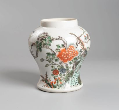 CHINE, XIXe siècle  Vase balustre decor fleurs,...