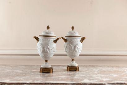 Paire de vases couverts de forme balustre...