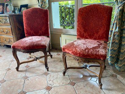 Paire de chaises en bois sculpté reposant...