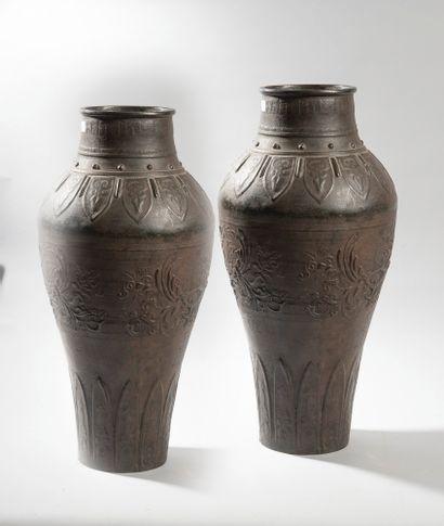 VIETNAM   Paire de vases en bronze à décor...