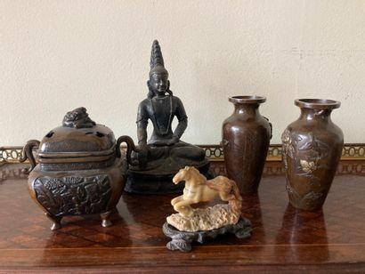 Ensemble d'objets asiatiques en bronze comprenant...