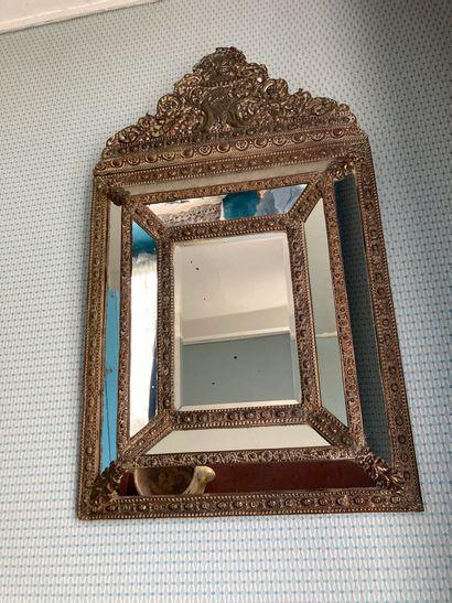 Miroir à parecloses et fronton en bois et...