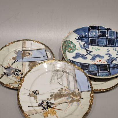 JAPON  Trois assiettes dans les tons satsuma,...