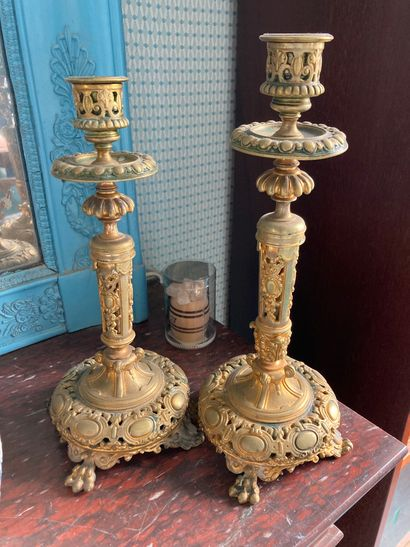 Deux bougeoirs en bronze à décor de médaillons,...