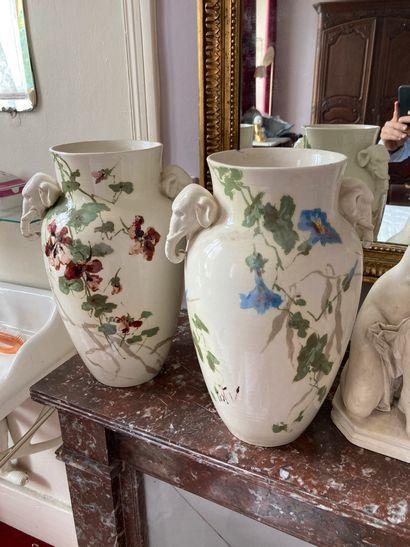 Moret-sur-Loing  Deux vases à décor de fleurs,...
