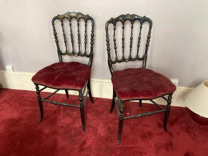 Paire de chaises en bois noirci et doré à...