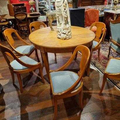Table de salle à manger et ses chaises au...
