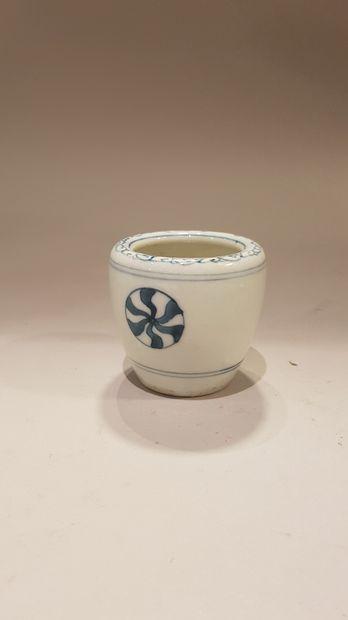 JAPON  Cache pot miniature en porcelaine...