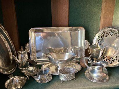 Un lot de métal argenté comprenant plats, coquetiers, aiguière, écuelles, couteaux...