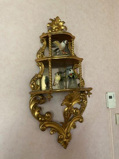 Etagère d'applique en bois sculpté et doré...