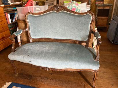 Canapé et deux fauteuils en noyer.  Style...