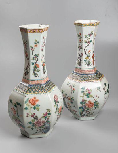 CHINE  Paire de vases balustres à decor floral,...