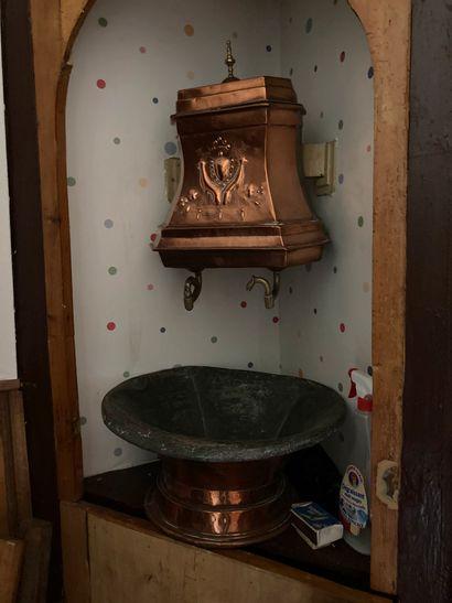 Fontaine en cuivre ornée d'armoiries  Epoque...