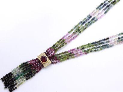 Long collier composé de 4 rangs de perles...
