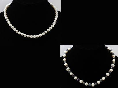 Lot composé de 2 colliers de perles de culture...
