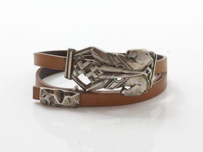 Bracelet en cuir marron décoré d'un passant...