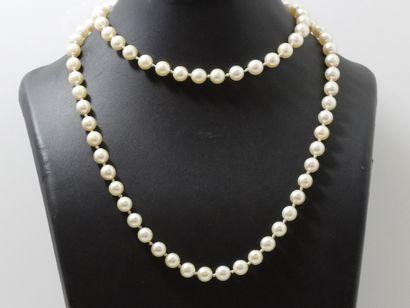 Long sautoir composé d'un rang de perles...