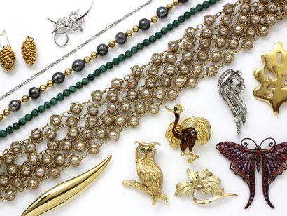 Lot composé de bijoux fantaisies, colliers...